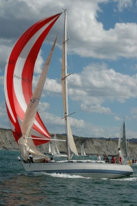Un barco de vela debe ceder el paso a todo buque comercial en un puerto