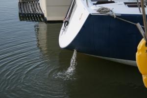 Vigilar con frecuencia la salida del agua por el escape del motor