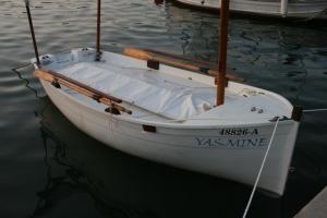 Embarcación pequeña para navegar próximos a un puerto o lugar de refugio