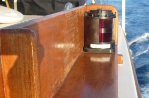 Luz de costado de babor en un barco de propulsión mecánica
