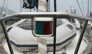 Luces de costado combinadas en un farol, en una embarcación inferior a 20 metros de eslora